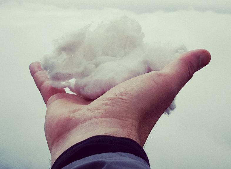 mano con cotone