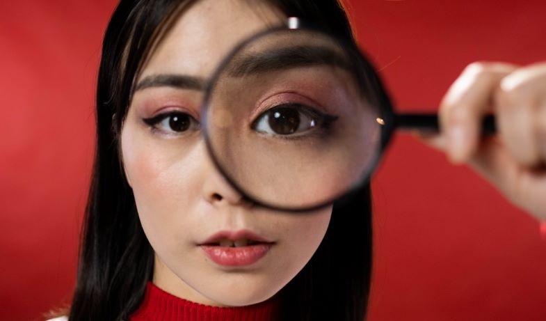 esame dei tricomi opachi con una lente d'ingrandimento